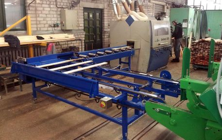 Automated cross-feeding conveyor, mobile, aligned with the trimming machine.